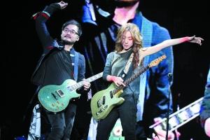 陈绮贞广州与男友PK吉他