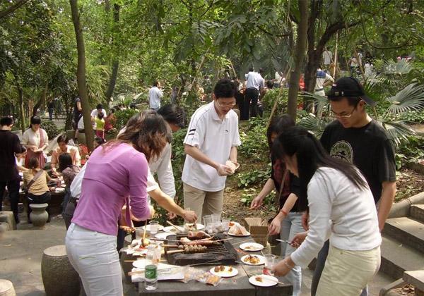广州大夫山森林公园烧烤场不能预订的,先到先得,大夫山南门对面烧烤场