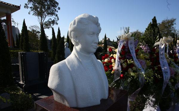 红线女墓地雕像揭幕 陈建华到场献花