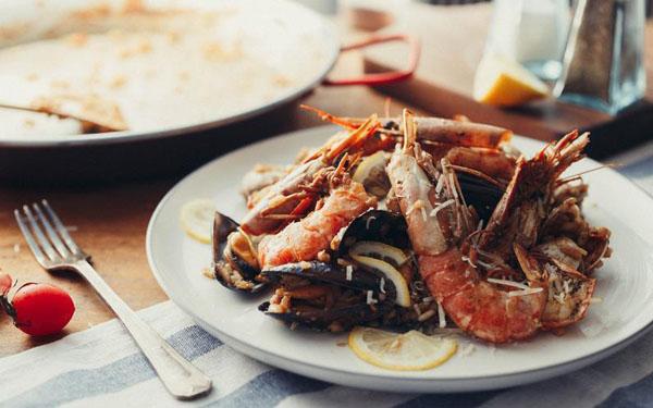 劲过大力菠菜的西班牙海鲜烩饭