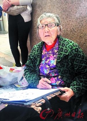 81岁婆婆摆摊卖画刷爆朋友圈