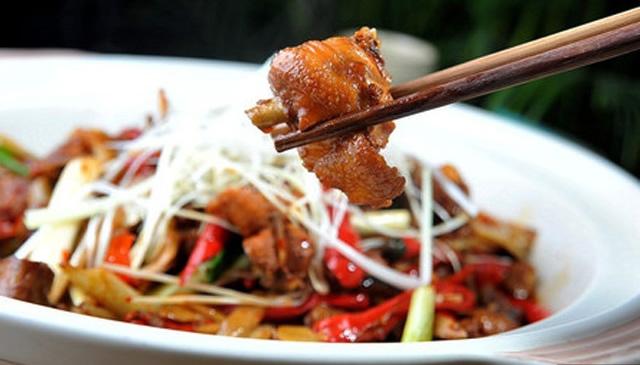 皮脆肉爽焖烧鸡:一道香脆可口、滑嫩鲜美的美食