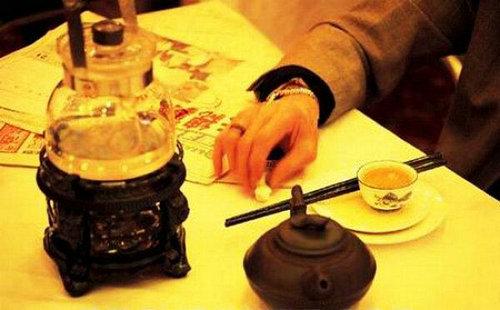 广东喝茶礼仪:饮茶斟水时为何要将茶盅揭开?