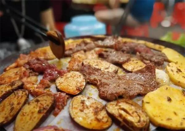 来留香铁板烤肉吃腌制入味自己动手炭烤的烤肉哦