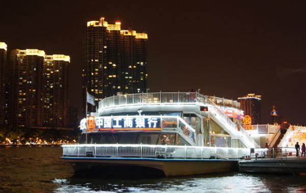 广州组织百位长者坐豪华游轮游珠江