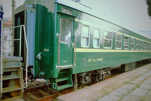 绿皮火车现身广州广九火车站纪念景观