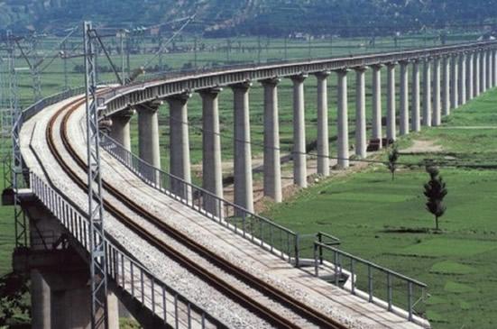 广州钟落潭镇白沙村1号双线桥首座桥墩建成