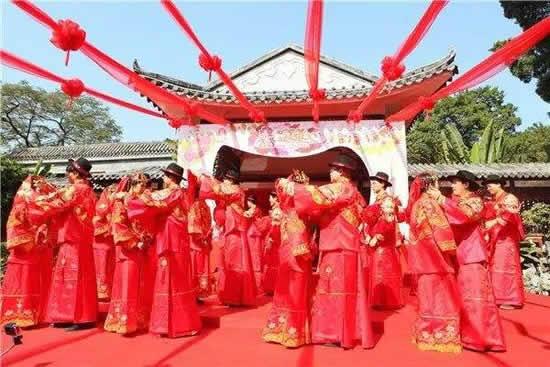 2017年岭南婚俗集体婚礼在广州城隍庙广场举行