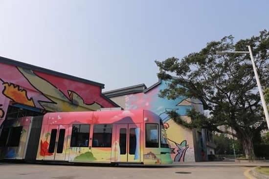 全国首列旅游观光讲解有轨电车在广州亮相