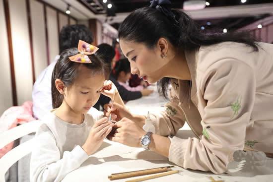 广彩亲子体验课在289艺术园区岭南活力非遗艺术馆举行