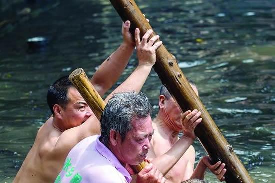 广州天河区车陂同章简公祠前昨天龙舟出水