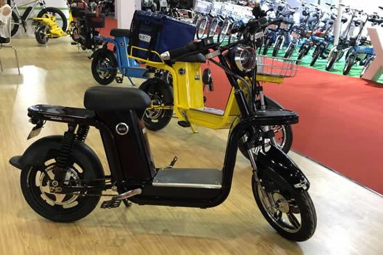 2018年电动车华南展在广州开幕风靡青少年的平衡车受追捧