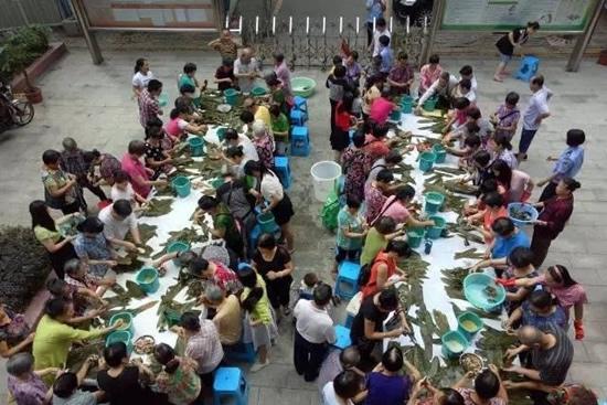 广州海珠区凤阳街举办包粽子、吃龙船饭活动 传承中华端午节文化