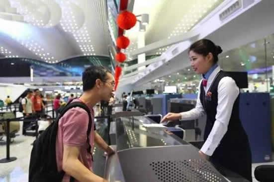 白云机场T2航站楼迎来首波暑假出游小高峰 5成是高考毕业生和亲子家庭出游