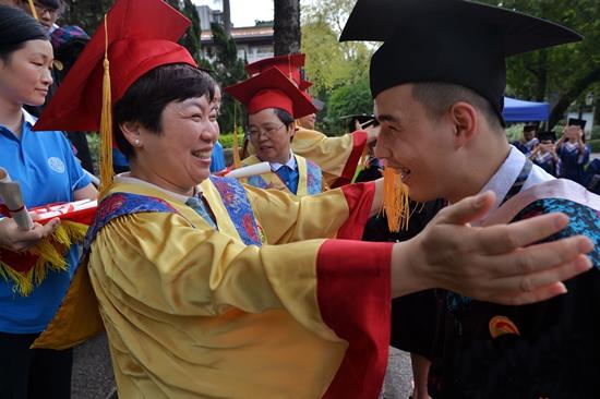 广东广雅中学6月10日为800余名高三毕业生举行冠冕礼