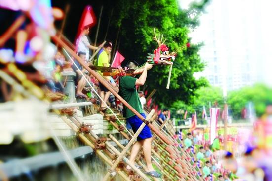 广州石牌村举行龙舟采青仪式 端午节前体验最广味的龙舟活动