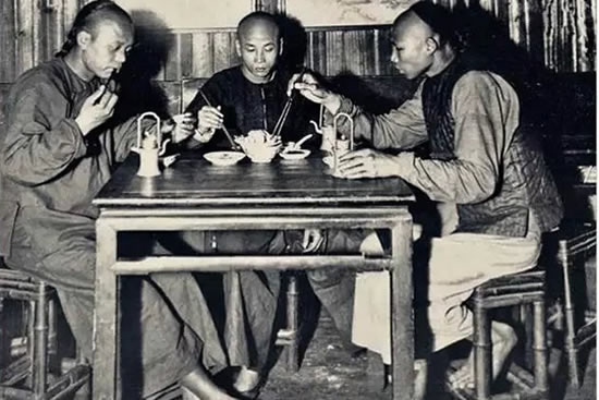 穿越到古代广州医的茶楼,看看客人茶壶里没水怎么加水?