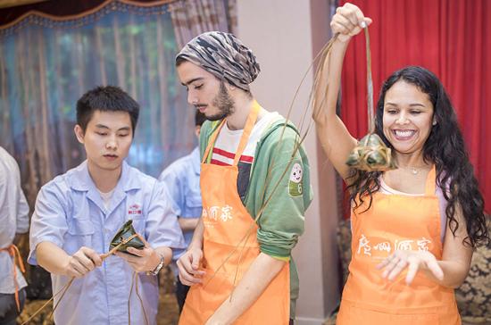 广州酒家滨江西分店举办包粽子活动 带领外国人体验岭南文化