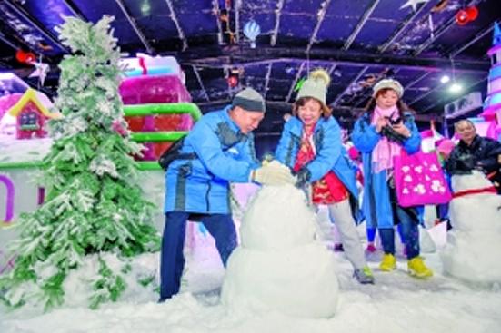 广州一日游邀请孤寡老人到文化公园梦幻冰雪乐园体验满天飞雪