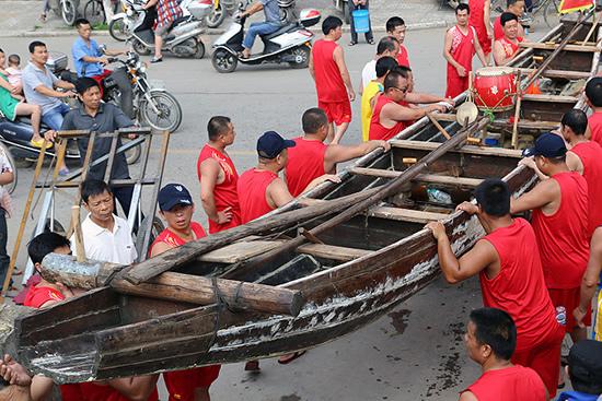 划龙船的礼节知多少 龙船在江河上相遇要互相打锣鼓以示友好