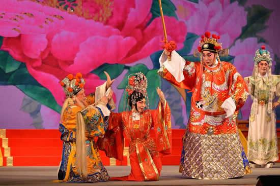 首届广佛校园粤剧文化节文艺汇演在广州市南方剧院举办