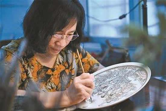 中国工艺美术大师翟惠玲 将广彩当成终身事业的艺术家
