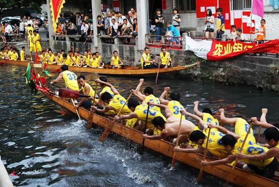 广州天河棠下村迎来了龙舟节招景日 有100条龙船扒进棠下涌