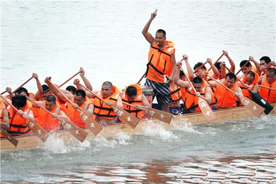 2018年荔湾区龙舟邀请赛在花地河沙溪河段开赛 共有25支参赛队伍