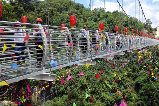 四会奇石河风景区银龙玻璃桥正式启用 粤西地区第一条玻璃桥