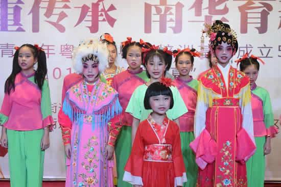 广州亲子一日游哪里好玩?到华南西街戏剧曲艺团团长学粤剧吧!