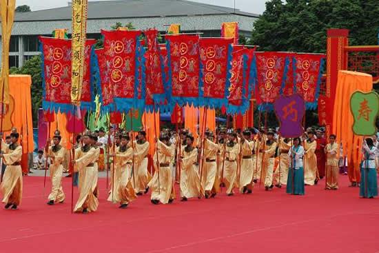 广州番禺举办第三届凌边乞巧文化节,近200人表演队伍环村进行七夕巡游!