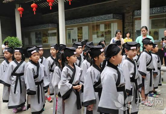 广州番禺学宫举办一年级新生开笔礼,引导学生崇尚文明学礼!
